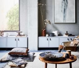 Afbeelding van product: vtwonen Lower case stapelkast 2 vakken met deur grenen betongrijs met onderstel