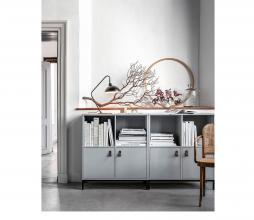 Afbeelding van product: vtwonen Lower case stapelkast 4 vakken met 2 deuren grenen betongrijs (met onderstel)